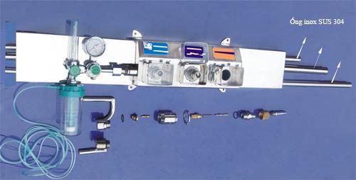 Hộp điều áp đầu giường bệnh có 2 cổng ra ôxy, 1 cổng khí nén (Air) và 1 cổng hút (Vacuum)