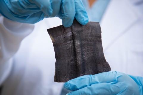Công nghệ in laser tạo ra vải thông minh, tự thu năng lượng