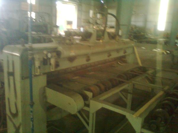 Máy phun bi thép làm sạch các chi tiết kim loại sau đúc