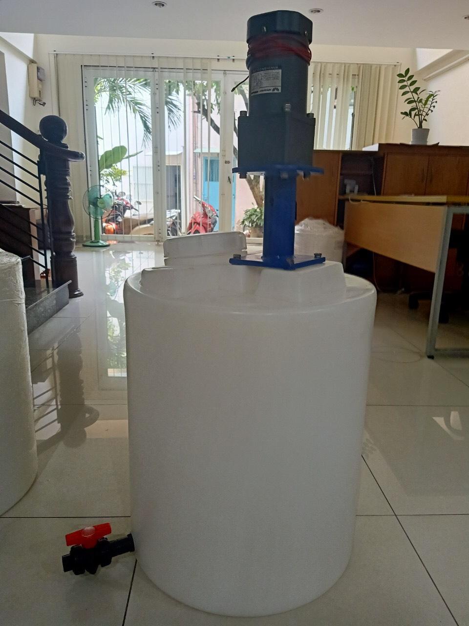 Máy khuấy hóa chất và thùng nhựa đựng hóa chất_Mixer và CEN100B-M5x6 của hãng Pakco