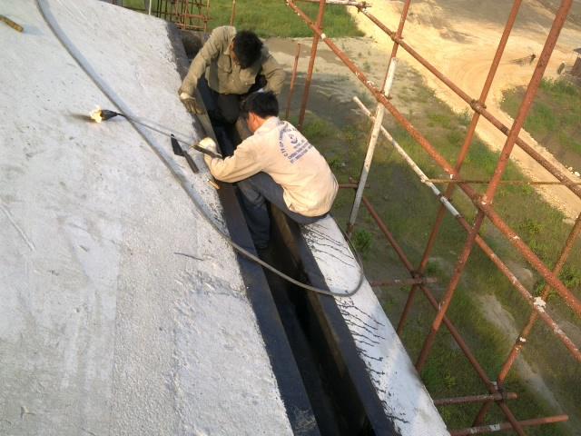 Thi công chống thấm bề mặt sê nô (máng xối)