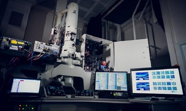 Kính hiển vi điện tử lượng tử có thể quan sát ánh sáng di chuyển bên trong vật liệu