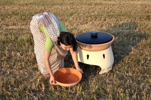 Bếp lò sử dụng năng lượng mắt trời tạo ra nước sạch