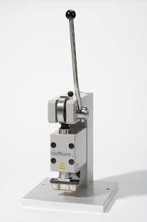 Máy cắt mẫu cho cao su và nhựa