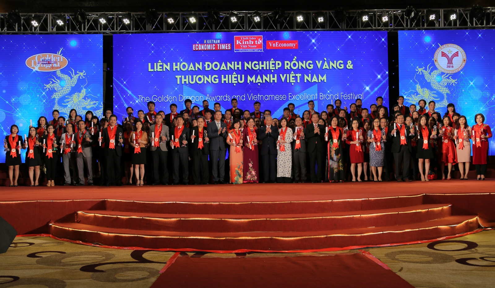 Vạn Xuân nhận giải thưởng tại Liên hoan doanh nghiệp Rồng Vàng và Thương hiệu mạnh Việt Nam 2016-2017